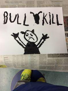 Um touro esmagando alguém ,eu não gosto de colorir prefiro preto e branco Ass: Mateus L.