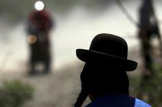 Una mujer Aymará observa el paso de las motos en Uyuni.  Foto:Reuters