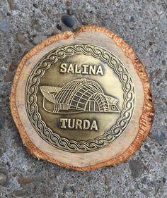Suvenir magnetic Salina Turda din alama si lemn