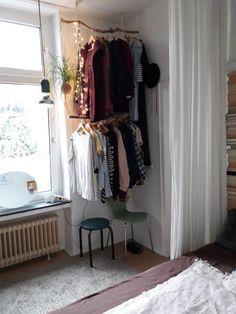 DIY-Kleiderstange aus Ästen. #DIY #Kleiderstange #Kleidung #Aufbewahrung #Organisation #ordentlich #WGZimmer #Schlafzimmer #Einrichtung #Einrichtungsidee #bedroom #interior #homeinterior #diyfurniture