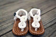 http://mamasmolonas.com/sandalias-de-crochet-para-bebes/   Botines de mano de ganchillo de Bebés y sandalias blancas para bebés - Sandalias de ganchillo