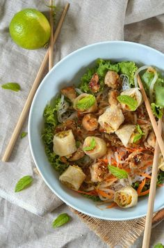 Bo bun with chicken {Asian salad} Bo Bun, Asian Recipes, Ethnic Recipes, Braised Chicken, Healthy Salad Recipes, Food For Thought, Entrees, Food To Make, Chicken Recipes