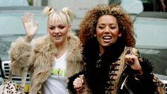 """Spice Girls -tyttöbändin """"Baby Spice"""" Emma suosi tuplanutturoita vuonna 1997. Vieressä bändikaveri Mel B."""