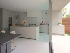 Op maat gemaakte keuken met groot kookeiland. Luxe inbouwapparatuur met o.a. een wijnkoelkast en 2 vaatwassers. Ook buiten keuken die direct doorloopt.
