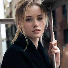 Virginia Gardner<<< THAT is what Tris looked like. Spitting image.