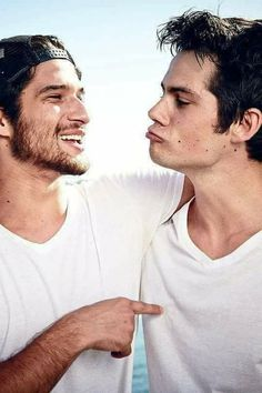 Tyler Posey and Dylan O' Brien Stiles Teen Wolf, Scott Y Stiles, Teen Wolf Boys, Teen Wolf Dylan, Teen Wolf Cast, Teen Wolf Tumblr, Teen Wolf Memes, Teen Wolf Funny, Scott Mccall