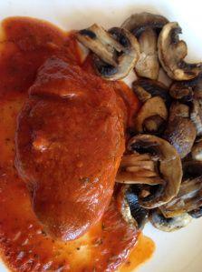 Kycklingfilé med champinjoner och tomatsås - http://www.mytaste.se/r/kycklingfil%C3%A9-med-champinjoner-och-tomats%C3%A5s-37045662.html