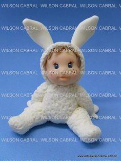 Wilson Cabral, ensinou e ensina muita gente boa a modelar na massinha de porcelana fria. :-) Grande Professor!!!
