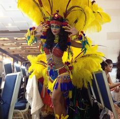 Karen Soto.. Miss Venezuela Mundo el traje que lucirá en el Miss World 2013.  Además de mostrar los colores de la bandera nacional, el traje típico de Soto tiene plumas y es bastante llamativo.