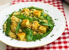Mmmh, nicht nur etwas für Vegetarier oder Veganer! Gebratener Tofu mit Orangen Sesam Soße schmeckt würzig, frisch und lecker. Rezept auf Healthy On Green.
