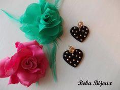 Cuore in resina nero con borchie color oro chiaro e perno con strass color golden diamonds.