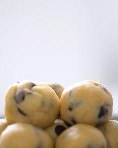 Ob im Eis, auf frisch gebackenen Brownies, zwischen zwei Salzbrezeln oder einfach pur vom Löffel – bei diesem Cookieteig ist roh naschen Pflicht! Cookie Dough Recipes, Edible Cookie Dough, Easy Cookie Recipes, Homemade Desserts, Baking Recipes, Dessert Recipes, Snacks Recipes, Cake Recipes, Chocolate Cake Recipe Easy