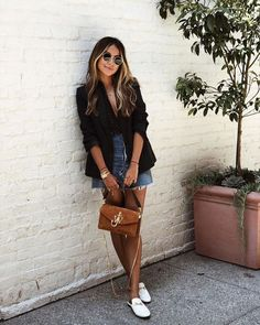 8 looks de outono com saia jeans Look Rock Jeans, Low-Cut Body, schwarzer Blazer und weißer Pantolette flach. Blazer Outfits, Blazer Fashion, Chic Outfits, Fashion Outfits, Women's Fashion, Denim Shorts Outfit, Fashion Quiz, Cheap Fashion, Fashion Styles