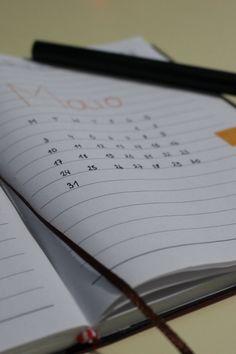 Cada mês eu estou gostando mais de fazer meu bullet journal. O mês de abril está quase acabando e é hora de começar um novo mês. Confira! Bullet Journal, Up, Monthly Calender, Finance Organization, Weekly Planner, May