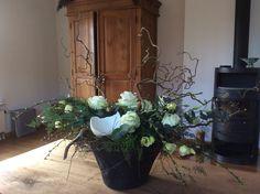 Paas bloemstuk gemaakt bij Art de la Fleur met Rozen, Kersenbloesem, Lisanthus, Kronkelhazelaar, Salim en scherven van Struisvogelei. Janneke