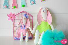 Tilda to kultowa lalka handmade. Maskotki, które samemu można uszyć ze skrawków tkaniny, charakteryzują się cienkim kończynami. Wyszywane lub haftowane buźki oraz ciepłe kolory powodują, że za Tildami szaleje cały