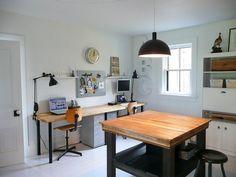 横長のデスクと作業テーブルのあるホームオフィス