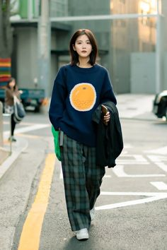 October 2019 Seoul Women's Street Style – écheveau Korean Outfit Street Styles, Korean Outfits, Retro Outfits, Korean Fashion Street Style, Korean Airport Fashion Women, Korean Fashion Summer Street Styles, Korean Ootd, Grunge Outfits, Seoul Fashion