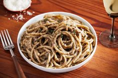 The classic Italian pasta dish cacio e pepe gets a sprinkling of za'atar for a dash of Middle Eastern herbaceousness. Pecorino Romano Cheese, Cacio E Pepe Recipe, Italian Pasta Dishes, Spaghetti Dinner, Pan Sizes, Fast Easy Meals, Easy Dinners, Turkey Sandwiches, Recipes