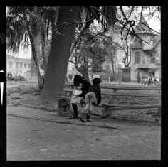 Tres mil negativos salen a la luz, gracias a un fotógrafo que registró la vida de los chilenos durante el gobierno de Salvador Allende. El Golpe de Estado lo llevó a enterrar su secreto, pero hoy se muestra públicamente en la web de la Biblioteca Nacional Digital y las puedes ver aquí. Street View, The Sting, Mothers, Thanks