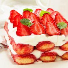 Tiramisù con ricotta, yogurt e fragole. Il dolce più buono dell'estate.  Leggi la #ricetta.