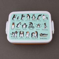 Boite à déjeuner et goûter sans BPA Pingouins Tyrrell Katz.  Pour transporter le déjeuner ou le goûter à l'école en toute sécurité alimentaire. Boite garantie sans BPA. Couvercle hermétique. Compartiment séparé amovible. Motifs pingouins. Compatible micro-onde, congélateur et lave-vaisselle. Dim. : 16 x 12 x 6 cm. http://www.lilooka.com/fr/accessoires-enfants-ecole-gourdes-sacs-boite-a-gouter/1308-boite-a-dejeuner-et-gouter-sans-bpa-pingouins-tyrrell-katz.html