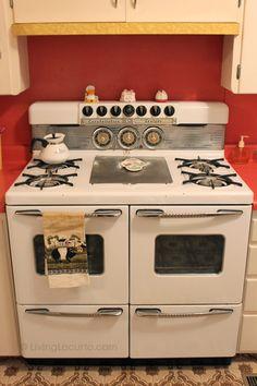 Amy Locurto's Grandma's Kitchen - Retro Stove *** I want that stove! 1950s Kitchen, New Kitchen, Vintage Kitchen, Kitchen Dining, Kitchen Stove, Dining Room, Cuisinières Vintage, Vintage Items, Vintage Appliances