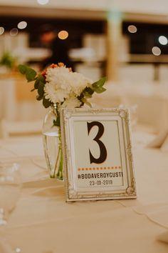 Un detalle útil y decorativo para tu casamiento.    #CasamientosAr #Organizaciondecasamientos #Casamiento #Boda #Novios #TipsNupciales #CaminoAlAltar #CasamientoArgentina #SeatingPlan #SeatingPlanWedding #NumerosDeMesas #MesasDeInvitados #MesasDeBoda #OrganizacionDeMesas Seating Plans, Table Decorations, How To Plan, Home Decor, Gifts For My Boyfriend, Boyfriends, Wedding Tables, Decoration Home, Room Decor