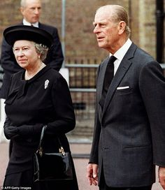 Britain's Queen Elizabeth II and her husband, Duke of Edinburgh, arrive St James's Palace in London to pay their respects to Diana 's body in the Chapel Royal on the eve of the Princess of Wales' funeral Prince Philip Queen Elizabeth, Prince Phillip, Lady Diana, Kate Middleton, Princesa Elizabeth, Diana Funeral, Hm The Queen, Isabel Ii, Royal Families