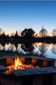 Log Cabin getaway near London. Lakeside view, fire pit and outdoor hot tub.