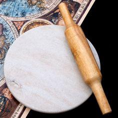 チャパティ用の台 - マーブル製[白系][直径:約25cm、高さ:約2.5cm]の写真6 - 別売りの綿棒との比較写真です。お月様のようにまんまるで綺麗、重さもあって思い切り伸ばせるチャパティ台です。