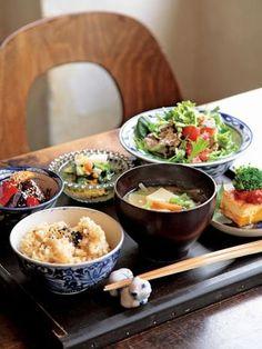 お盆を使った和食の配置は出されたときに感嘆の声が上がりそうですね。
