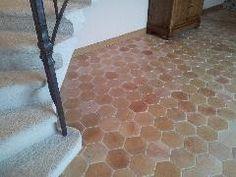 Les tomettes hexagonales en terre cuite 16x16 antique à l aspect ancien tons beige rosé associent simplicité et élégance Oui, Floors, Tile Floor, Construction, Decorating, Bathroom, Home Decor, Restoration, Home Ideas