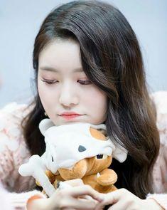 Jane looks so sleepy, I can relate ❤️ Kpop Girl Groups, Korean Girl Groups, Kpop Girls, Daisy, Nancy Jewel Mcdonie, Survival, Merry Go Round, Fans Cafe, Gorgeous Women