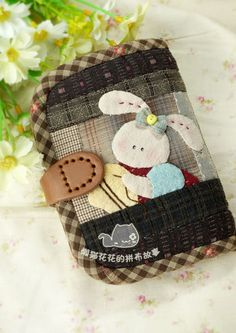 Japanese Patchwork, Cat Flowers, Handmade Wallets, Sewing Appliques, Wallet Pattern, Patchwork Designs, Textiles, Quilted Bag, Mini Purse
