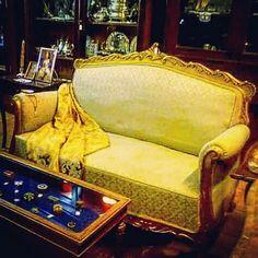 Sofá com estrutura em talha dourada e estofado a tecido. (Dim.100x150x78 cm).