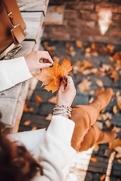 Autumn Photography, Girl Photography Poses, Fall Pictures, Fall Photos, Mode Poster, Shotting Photo, Photographie Portrait Inspiration, Profile Picture For Girls, Autumn Cozy