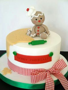 Cute gingerbread man sitting on a Christmas cake Christmas Themed Cake, Christmas Cake Designs, Christmas Cake Decorations, Christmas Cupcakes, Christmas Sweets, Holiday Cakes, Christmas Goodies, Christmas Baking, Xmas Cakes