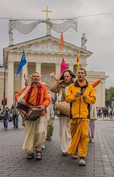 Harinama in Vilnius Old Town, Lithuania (Album 12 photos) Radha Krishna Images, Krishna Art, Lord Krishna, Hare Rama Hare Krishna, Srila Prabhupada, Bhakti Yoga, Shree Krishna, Wallpaper Free Download