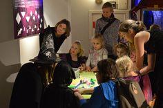 Museossa on tapahtumailtana erilaisia toimintapisteitä, joissa voi esimerkiksi kokeilla lepakko-origamin taittelua, mikä ei olekaan ihan helppo homma. Luuppi, Oulu (Finland)