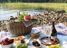 Viinihetki luonnon helmassa – lähde piknikille! Pinot Noir, Dairy, Cheese, Food, Essen, Meals, Yemek, Eten