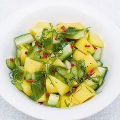 Deze frisse salsa smaakt geweldig als bijgerecht bij jouw favoriete BBQ-gerecht. Een echt zomerrecept! 1. Schil de mango met een dunschiller. Snijd het vruchtvlees van de pit en hak het in stukken en doe het in een kom. 2. Schil en hak... Healthy Salad Recipes, Raw Food Recipes, Indian Food Recipes, Asian Recipes, Vegetarian Recipes, I Love Food, Good Food, Clean Eating, Healthy Eating