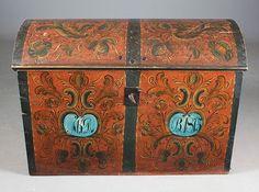 Liten rosemalt kiste med rød bunnfarge, første halvdel av 1800 tallet. Senere påmalt eierinitialer og dat. 1875. L: 95 cm. Nøkkel og lås. Prisantydning: ( 3000 - 4000) Solgt for: 2800