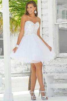 Vestido de noiva curto.