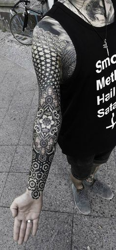 Japanese tattoo artist Kenji Alucky of Black Ink Power makes striking geometric tattoos using a distinctive stippling technique. Tattoo Tribal, Tattoo Henna, Tattoo You, Tattoo Life, Piercings, Piercing Tattoo, Body Art Tattoos, Sleeve Tattoos, Tatoos
