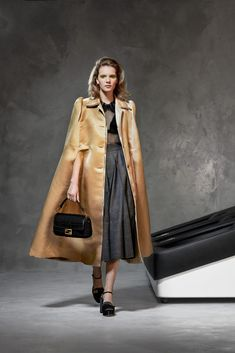Fendi Pre-Fall 2020 Fashion Show - Vogue Live Fashion, Fashion 2020, Daily Fashion, Runway Fashion, Fashion Looks, Womens Fashion, Fashion Trends, Fashion Pics, Fendi