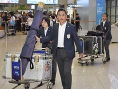 韓国の仁川国際空港に到着したサッカー女子日本代表の佐々木監督。左は猶本=14日(共同) ▼14Sep2014共同通信 なでしこ「一丸で連覇を」 15日に中国と初戦 http://www.47news.jp/CN/201409/CN2014091401001481.html #Incheon2014