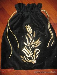 maraş işi - Google'da Ara Gold Embroidery, Embroidery Stitches, Embroidery Designs, Gold Work, Textile Art, Drawstring Backpack, Sims, Textiles, Table Decorations