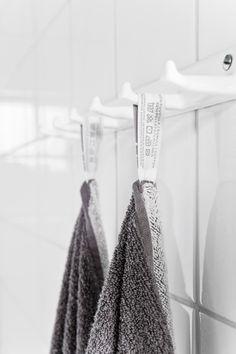 Vanhat koukut toimivat yksityiskohtana myös uusitussa WC-tilassa.
