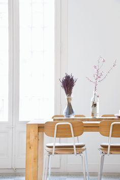 Una mesa de formas sencillas y unas sillas recuperadas dan un aire de distinción al comedor
